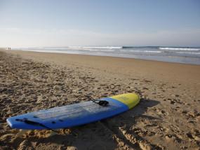 Surfbord op strand